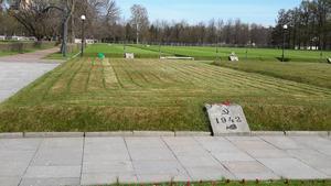 Massgrav på Pishriovskoye kyrkogård. Varje grav markeras med en sten och där omkring fjortontusen kroppar är begravda.