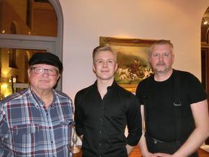 I mitten kulturstipendiaten Leopold Strindin, flankerad av Hans Eriksson och Håkan Zaar från Föreningen Galtströmståget. Bild: Sundsvalls Gille
