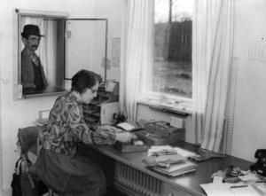 Postexpeditionen flyttade från stationen till Konsum när järnvägen lades ner 1960. Där fanns den kvar till den sista oktober 1967. Här expedierar postföreståndarinnan Tora Bäckman Anton Ahlgren som blev den sista kunden. Foto ur Sven Floréns reprosamling, Rättviks bildarkiv.