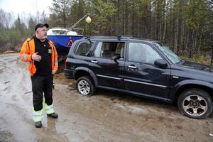 Jahn-Gunnar Hamberg  i Gårdnäs anser att det är en stor miljöskandal med alla fordon och annat skrot som dumpats i området.