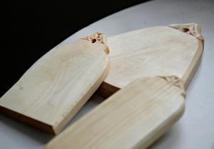 Små skärbrädor eller brickor att ställa fram ost eller andra läckerheter på.