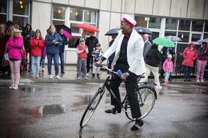 Blaise Sylva gjorde en bejublad entré på cykel.