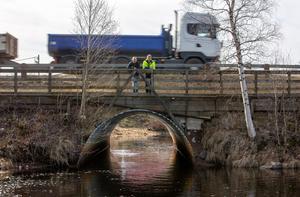 Nu blir det stopp för tung trafik på bron vid utloppet av Limsjön.