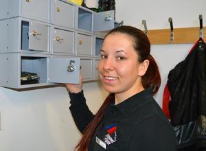 Saga Liljeroth har ändrat sina mobilvanor efter att hon snart jobbat en säsong på en arbetsplats med mobilförbud. Mobilerna får bo i ett värdeskåp under arbetstiden.