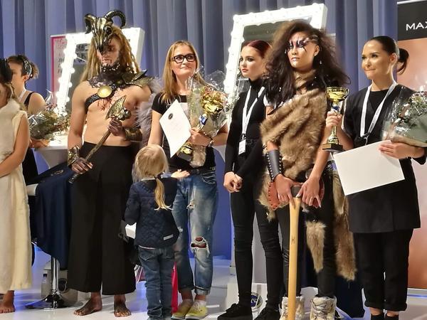 En glad Anna Alyaksina tillsammans med sin dotter under prisutdelningen.