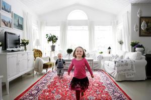 Enhetliga mattor. Vardagsrummet domineras av en stor röd, orientalisk matta som Anna och Niklas fick i bröllopspresent av sina mammor. Samma typ av mattor återkommer även i barnens rum. Ett sätt att hålla ihop inredningen. Sofforna är Ikeas Ektorp och målningarna på väggen är av konstnären Stefan Larsson.  Om du vill se mer av Annas inredning kan du titta in på hennes blogg: http://www.vitarosorochforgatmigej.blogspot.com/