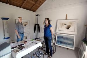 Av det gamla uthuset intill bostadshuset i Ämnebo har Leif och Elisabeth gjort ett mysigt litet galleri där de sommartid visar sina alster.