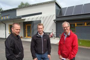 Petter Elfqvist, Anders Angantyr och Åke Persson framför det energisnåla huset på Ängsvägen i Mora.