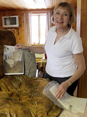 Gunilla Lindeberg jobbar med att klä om en gammal fåtölj.