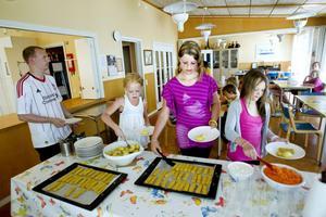 POPPIS. Fiskpinnarna tar snabbt slut denna dag, till vänster väntar fritidsledaren Michael Swarbrick på att Amanda, 11 år, Wilma, 9, och Ella, 9 år, ska servera sig.
