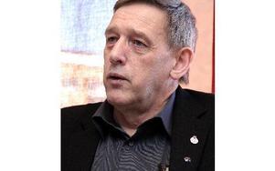 I intervjuer sa Nils Persson (S) att han tänkte sitta som kommunalråd i två mandatperioder. Men i hemlighet hade han bestämd sig för fem år. Bara några få har vetat, till igår.-- Det känns skönt att få berätta.Ersättaren får nu god tid på sig att komm
