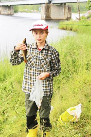 Emil Hofflin, Hede, var en av deltagarna, här har han nyss fått upp sin tredje fisk, en fin abborre. Han kom tvåa i barntävlingen.