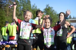Elisabet Engberg och Klara Hedin från arrangörsklubben SOK sken som solar efter att ha sprungit i mål. Bild: Ida Markström