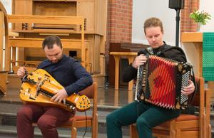 Vevilra och dragspel - en instrumentkombination som ger häftig klang och som Johannes Geworkian Hellman och Lars Emil Öjeberget är tämligen ensamma om.