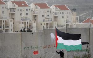 Debattskribenten menar att det i praktiken är omöjligt för palestinier att få tillstånd för nybyggnation, medan områden upplåts åt judiska bosättningar.