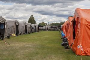 De polska brandmännens camp med tält på Svegs idrottsplats.