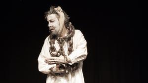 Martin Anngård spelar det plågade spöket Jacob Marley som inte får någon frid i graven.