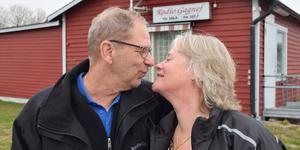 En radioromans: Marie och Rune träffades i radiostudion och nu svävar de som på ljusblå radiovågor.