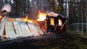 Stugan var övertänd när räddningstjänsten anlände. Foto: Räddningstjänsten i Jämtland.