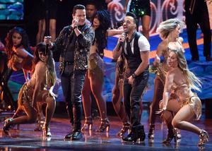 Victor Manuelle och Luis Fonsi framför låten
