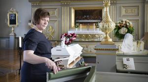 Begravningsentreprenören Maria Wiberg hjälper anhöriga och vänner att ta ett värdigt och vackert farväl av sina kära.
