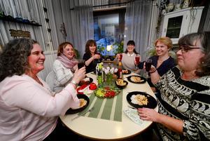Stämningen är glad runt middagsbordet men ibland blir det även djupa samtal berättar tjejerna som nu ätit middag ihop i snart 25 år. Från vänster sitter Ulrica Falk, Berit Engberg, Lena Ödlund, Anna Lönneborg, Lena Strömberg och Hedvig Rankila.