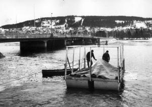 Den här bilden från december 1964 är ett av de första tecknen att något är på gång. Det har funnits planer på en ny bro i ett par år och nu görs grundundersökningar av sjöbotten för att se hur en bro över Storsjön skulle kunna konstrueras. Foto: ÖP:s arkiv