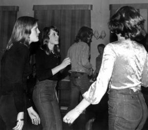 Diskotek i Svenstavik 1976. Enligt en artikel i ÖP släcktes väglyset utanför GT som följd av