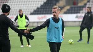 David Seger klappar hand med rutinerade ÖSK-mittfältaren Johan Mårtensson.