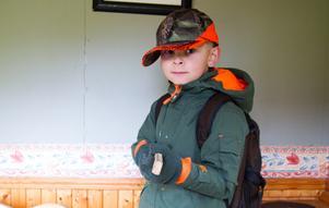 På tisdagen var Caspian inte med ute på jakten, men var redo med sin träbössa inne i lekstugan.