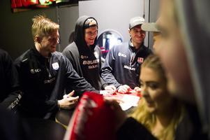 Jens Lööke, Sebastian Hartmann och Adam Ohre hälsar glatt på nästa supporter som kommer fram.