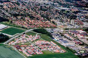 Flygbild över Ormestaområdet 2016. Sedan dess har priserna på bostadsrätter och villor både minskat och ökat