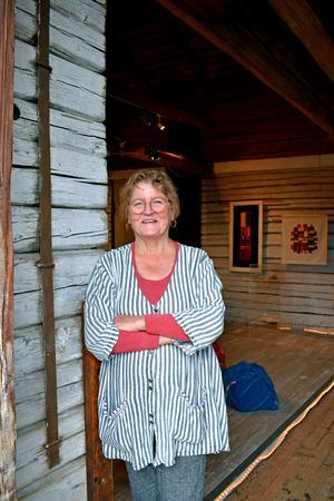Lena Karlén ställer ut i sina egna hemkvarter, i Galleri Ladan. Det blir galleriet sista utställning denna sommar.