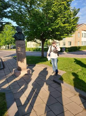 Per Wahlström vid von Essen-bysten utanför Idrottshallen.
