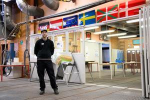 Erik Groth, lärare i lack och karosseri visar en av lokalerna där bildelar lackeras bland annat.
