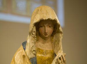Träskulpturerna från 1400-talet har otroligt fina detaljer, här är Marias ansikte.Foto: Åke Paulsson
