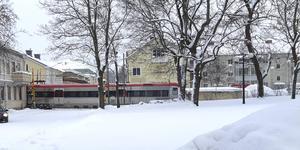 Ett stillastående tåg i Hudiksvall ger stora störningar i tågtrafiken under måndagen.