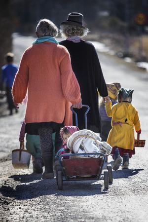 Tillsammans med fröknarna Madeleine Carlsson, Maria Pettersson och Lotta Sandahl  gick samtliga barn runt och önskade glad påsk, förutom Minoo som satt i vagnen den sista biten.