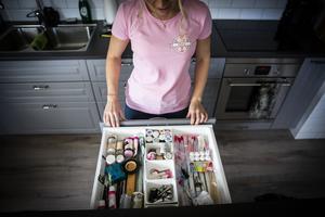 En hel rad av kökets skåp och lådor är fyllda med tårtverktyg och bakingredienser. Sockerpasta, formar, stämplar och strössel ryms i Elins köksö.