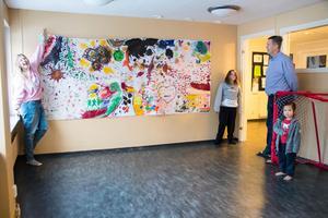 Målningen på väggen i lekrummet har Edith och Ellen varit med och målat.