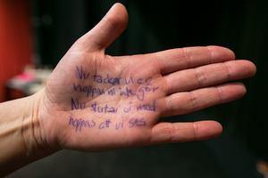 Fusklapp i handflatan för att komma ihåg ingångarna till en sångs olika verser.