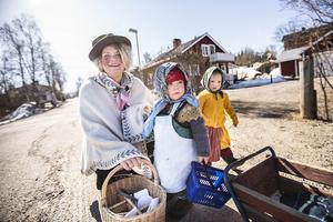 Madeleine Carlsson, förskolepedagog, tillsamans med Hilda och Siv tog en liten paus i promenaden.