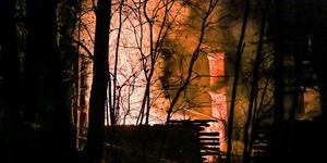 På torsdagskvällen blossade branden i ödehuset upp igen. Foto: Marijo Grgic