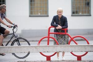 Nyköpings kommun har använt sig av nudging i ett pilotprojekt för att få högstadieelever att prioritera cykeln före andra transportmedel. Stora, röda cykelsilhuetter i stål sattes upp på platser längs cykelvägen för att markera var stråket går.Bild: Henrik Montgomery/TT