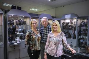 Butiken i Skönsberg drivs av döttrarna Susanne och Ingela, här på bild med pappa Hans Ekman. Även guldsmeden Frida Karlsson och Ingelas dotter Emelie arbetar i butiken.
