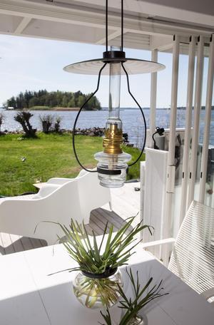Fotogenlampan i taket är från Karlskronas Lampfabrik.