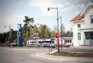 Korsning i Enviken med en Gulfmack på ena sidan och nostalgibutiken Tornado Silver Vintage på andra sidan.