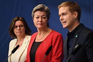 Isabella Lövin (MP), minister för internationellt utvecklingssamarbete och klimat, arbetsmarknadsminister Ylva Johansson (S), utbildningsminister Gustav Fridolin (MP) lade fram regeringsförslaget som beräknas kosta tre miljarder kronor.