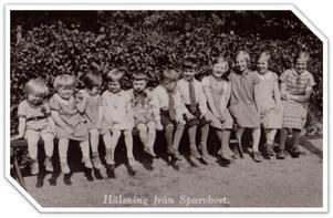 May Halén med sina kamrater på Sparvbodet. Från vänster så sitter Naemi på plats 9 och May på plats 10.  Foto: May Haléns privata album