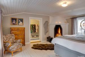 Sovrum med öppen brasa. Foto: Panview
